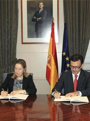 Ana Pastor, ministra de Fomento, y Román Escolano, vicepresidente del BEI.