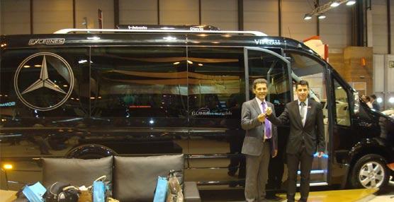 El carrocero Car-Bus.net entrega una unidad VIP a Pérez y Cairós durante su presencia en la FIAA 2014
