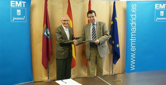 El presidente de Cruz Roja Española Comunidad de Madrid, Carlos Payá, y el gerente de la EMT, Rafael Orihuela, durante la firma del convenio.