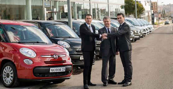 Giovanni Modena, director de Operaciones de PortAventura, y Luca Barca, director de Marketing de Fiat Group Automobiles Spain, han llevado a cabo la cesión de la flota.