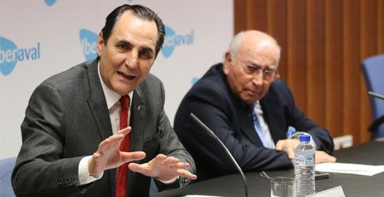 Ángel Martín Cabiedes (a la izquierda) y José Rolando Álvarez durante la firma del acuerdo.
