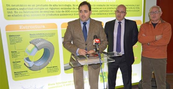 TNU inaugura su exposición de reciclado de neumáticos 'Recicla y Sonríe' en la Casa de Cultura de Almansa
