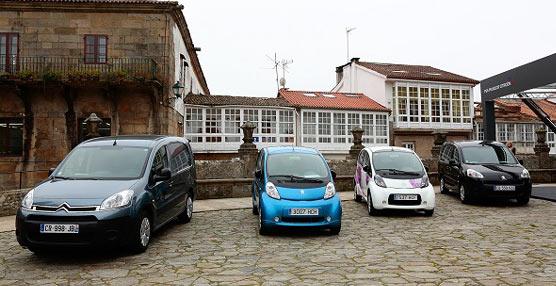 Peugeot y Citroën presentan sus vehículos eléctricosfabricadosen Galicia, en la Plaza del Obradoiro de Santiago de Compostela