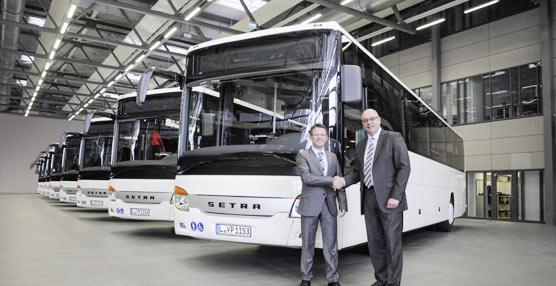 El director gerente de Setra, Andreas Kultscher, hace entrega de sus ocho nuevos autocares a Regionalbus Leipzig.