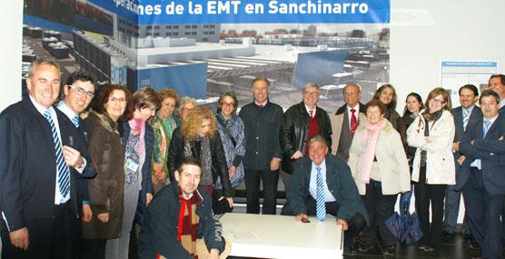 EMT Madrid explica la gestión de su red a colectivos de personas mayores en el centro de operaciones de Sanchinarro