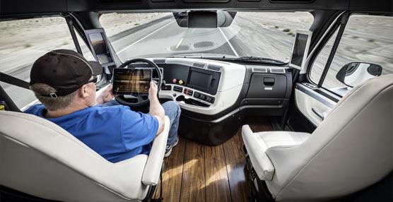 Presentación del primer camión autónomo, el Freightliner Inspiration, con proyección de Récord Guinness