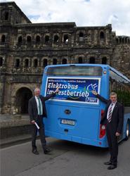 El alcalde de Trier posa junto con otro representante del Municipio con el vehículo eléctrico de BYD