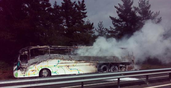 Un autobús con 30 pasajeros incendiado en la AP8 en uno de los carriles con sentido Bilbao