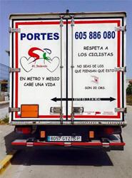 Un transportista andaluz decide publicitar el respeto a los ciclistas en la carretera en su remolque