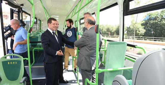 El alcalde de Toledo presenta seis nuevos autobuses para la ciudad que funcionan con gas