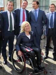 La atleta paralímpica Gema Hassen-Bey junto a representantes de las intituciones, empresas y Gobierno.