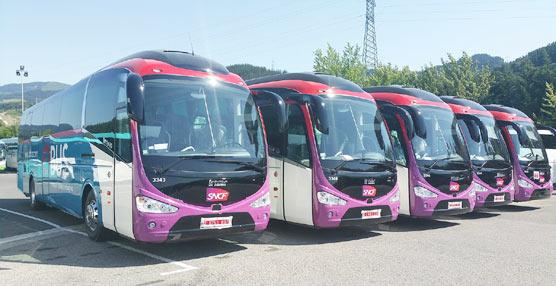 Algunos de los autocares de reciente adquisición, comprados para operar en las nuevas rutas.