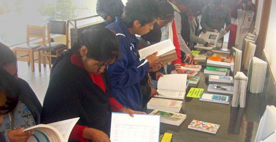 Enfermeras Para el Mundo y Fundación SEUR envían libros y manuales para los estudiantes de Enfermería de Bolivia