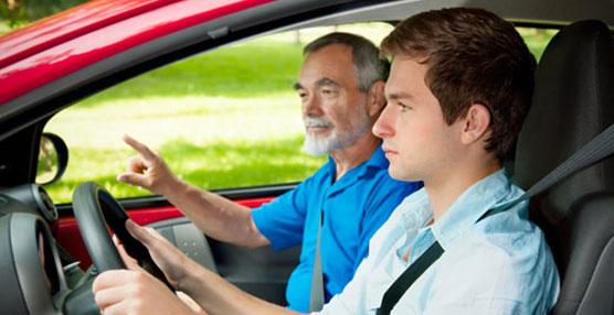 Ocho de cada diez conductores se distraen más al ir acompañados en el vehículo, según estudio