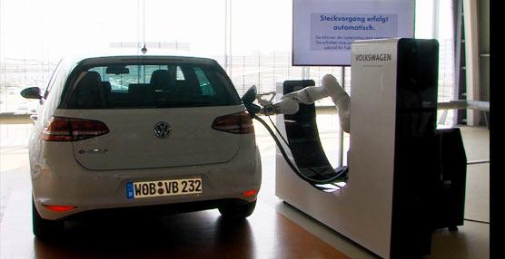 Volkswagen trabaja en carga eléctrica automatizada por corriente directa con la asistencia de un robot