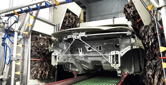 Unos rodillos gigantes de plumas de emú logran un mejor acabado de pintura en la planta Ford de Valencia