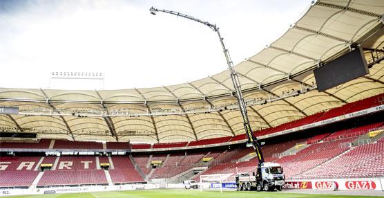 Un Arocs con grúa de carga Palfinger realiza trabajos en el Mercedes-Benz Arena, estadio del VfB Stuttgart