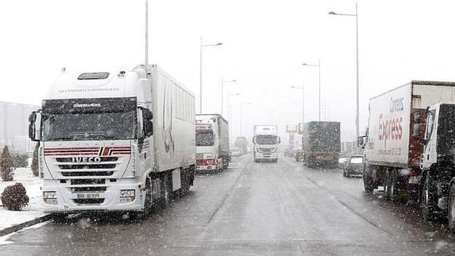 Camiones en una carretera nevada.