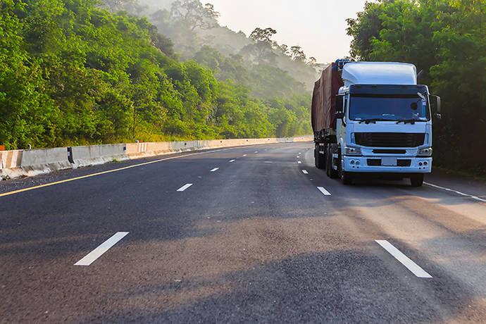 Un camión circula por una carretera.