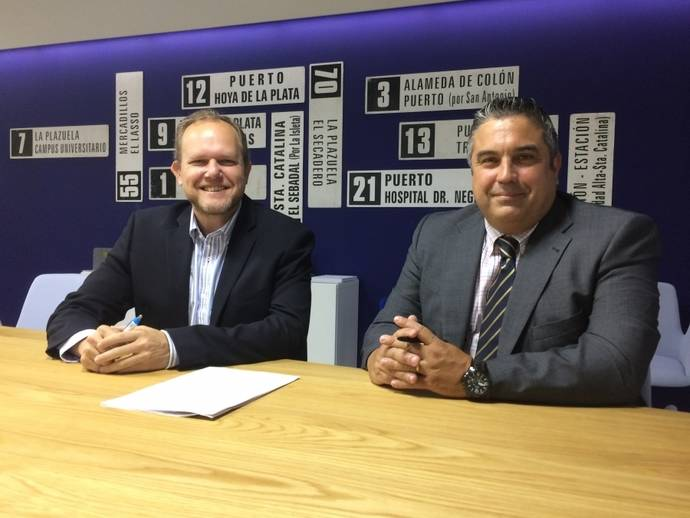 El representante de Fiatc y el de Guaguas Municipales, tras la firma del contrato.