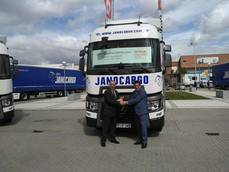 Ramón Jano recogiendo la llave del camión como ganador del Optifuel Challenge 2015