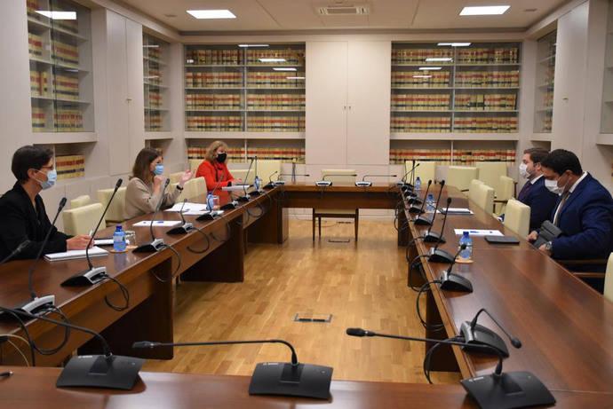 Primera mesa bilateral entre Gobierno y C-LM del transporte rural