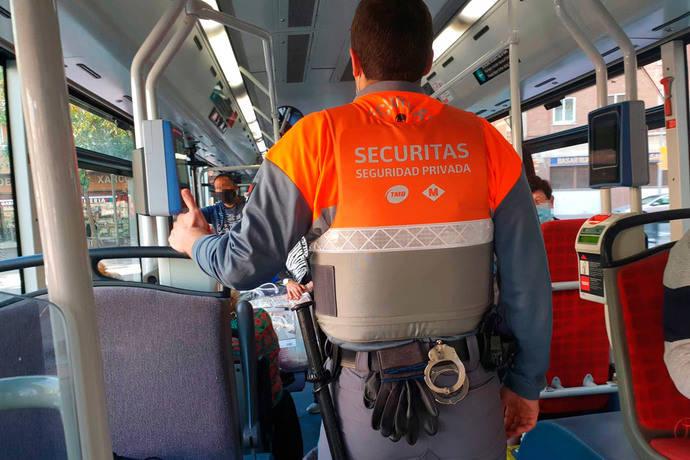 TMB refuerza la seguridad de la red de autobuses con vigilantes a bordo