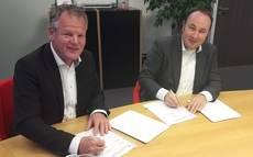 Ard Romers y Maurice Unck firmando el acuerdo entre las compañías.