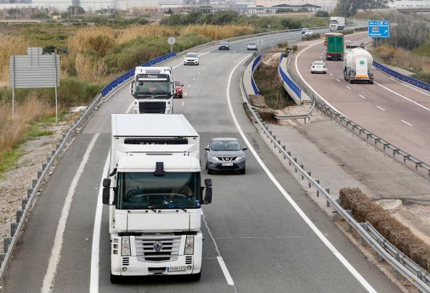 La Generalitat de Cataluña sustituye la prohibición de circulación de los camiones por la AP-7 los fines de semana