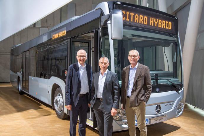 Ulrich Bastert, Gustav Tuschen, y Hartmut Schick, delante del nuevo Citaro híbrido.