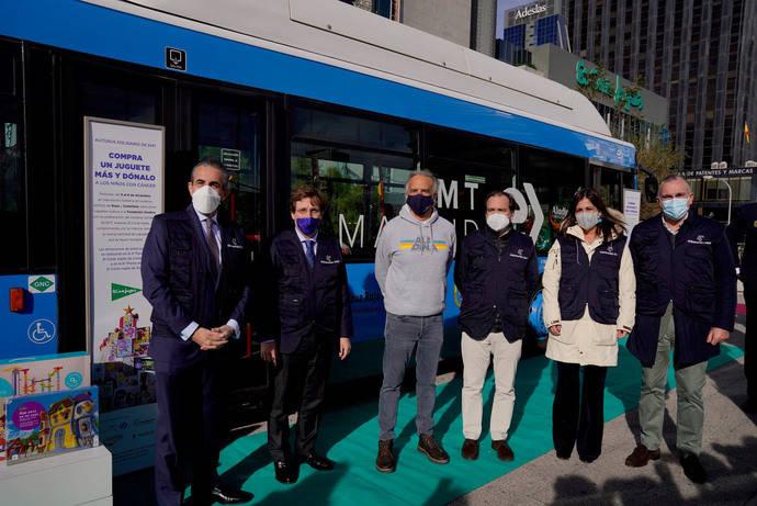Nueva acción del autobús solidario de la EMT para recoger juguetes