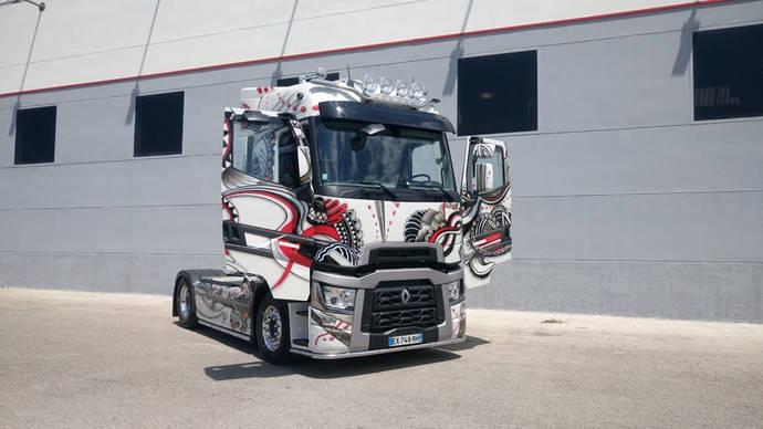 Renault Trucks 'tatúa' una impactante tractora T