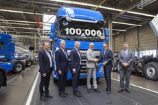 Las llaves del vehículo número 100.000 fueron entregadas por el presidente de DAF Trucks, Harry Wolters, a Luc Gheys, copropietario de Groep Gheys de Bélgica.