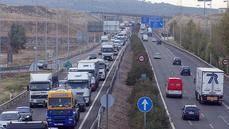 Camiones en una autopista de peaje.