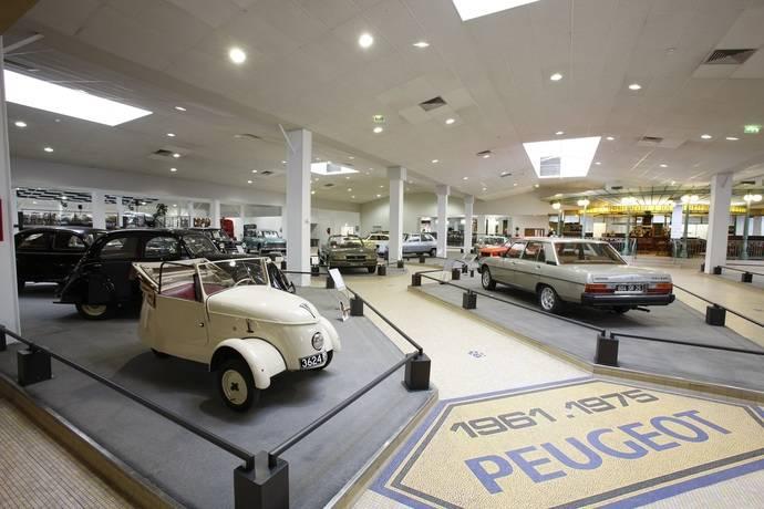 Museo de la Aventura de Peugeot con comerciales