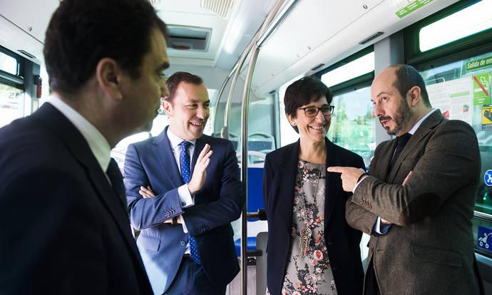 El consejero de Transportes, Vivienda e Infraestructuras, Pedro Rollán, ha comprobado en el municipio de Pozuelo de Alarcón las prestaciones y equipamientos de los nuevos autobuses híbridos.