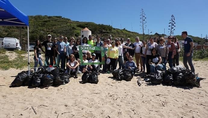 Luís Simões participó en una acción de limpieza y retirada de basura de playa en Foz do Lizandro (Ericeira, Portugal).