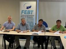 De izda. a dcha.:Ian Livesey Rafael Roig por la FEBT, Txema Martínez de CCOO y Manolo Vega por la UGT.