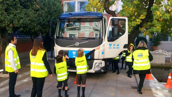 'Para, mira, saluda', programa de Volvo para mejorar la seguridad infantil