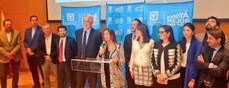 El alcalde de Bogotá, Enrique Peñalosa (quinto desde la izquierda); Gerente General de TransMilenio SA, María Consuelo Araujo (sexta desde la izquierda), y representantes de los postores ganadores.