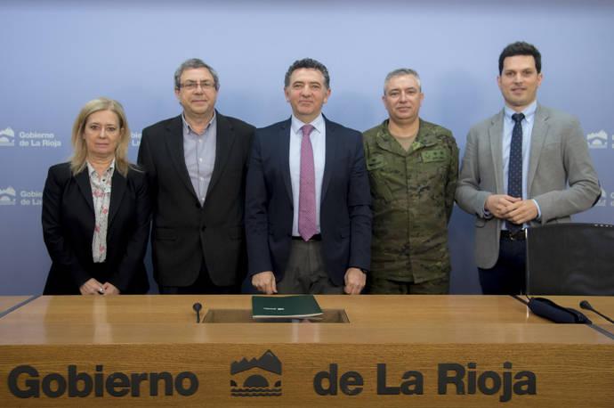 El consejero riojano de Fomento y Política Territorial, Carlos Cuevas (en el centro).
