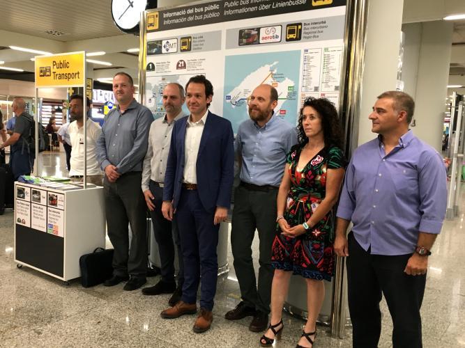 Punto informativo móvil de EMT Palma en aeropuerto