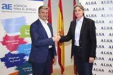 El director general de la División de Transporte en España de ALSA, Víctor Manuel López, y la delegada del Área de Gobierno de Equidad, Derechos Sociales y Empleo del Ayuntamiento de Madrid, Marta Higueras.