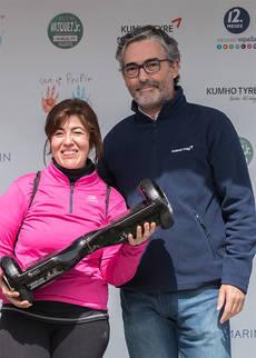 El director comercial y de marketing de Kumho Tyre para España y Portugal, Luis Hernández, entregó a una corredora un hoverboard,