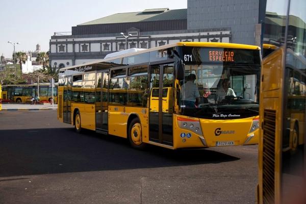 Ocho meses de prisión y 3.000 euros de multa por romper la luna delantera de un autobús
