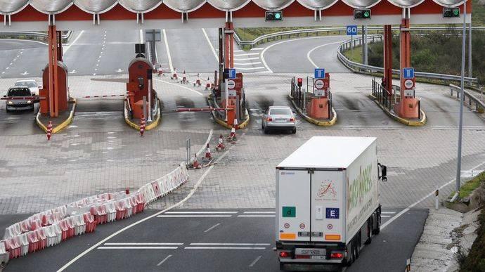 Un camión se aproxima a un peaje.