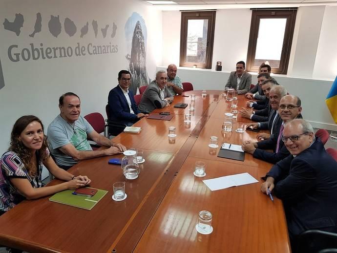El consejero de Transporte canario se reúne con usuarios