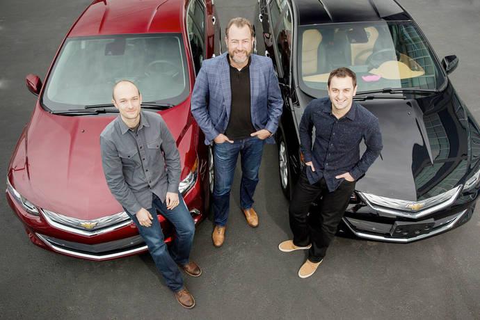 El presidente de General Motors, Dan Ammann (en el centro), posa con los co-fundadores de Lyft Inc, John Zimmer (a la derecha) y Logan Green (a la izquierda).