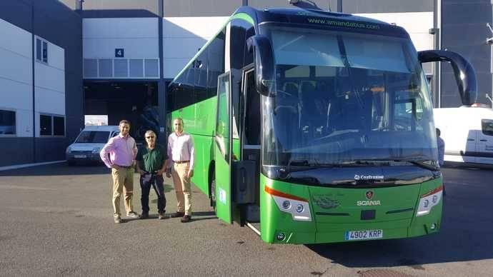 Gerardo Cubas Mateos, propietario (centro), el responsable comercial de Scania en Canarias Dionisio Jiménez Díaz (izquierda) y el responsable comercial de Castrosua en Canarias, José Luis Baez (derecha).