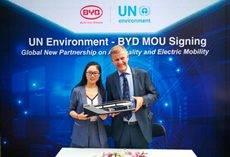 Sherry Li, de BYD, junto a Erik Solheim, director ejecutivo deL PNUMA.